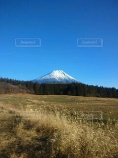 青い空の下の雪の富士山の写真・画像素材[4887644]