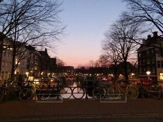 空,自転車,屋外,駐車場,夕方,樹木,オランダ,アムステルダム,車両,ホイール,陸上車両,自転車のホイール