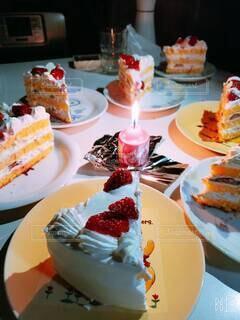食べ物,ケーキ,テーブル,皿,キャンドル,イベント,アイスクリーム,甘味,おいしい,ホイップクリーム,マフィン,誕生日ケーキ,菓子,ライフスタイル,ファストフード,スナック,イチゴ,行事,酪農,ペストリー,バタークリーム,ベーキング