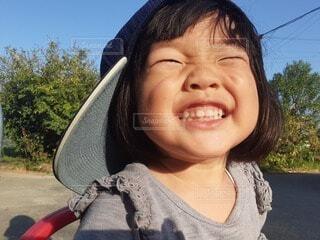 子ども,風景,空,屋外,少女,楽しい,樹木,人物,人,笑顔,顔,幼児,野球,ポーズ,大好き,微笑む,たまらない,人間の顔