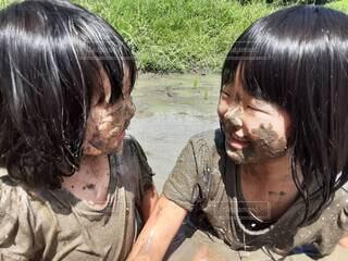 田んぼで泥んこになって遊ぶ子供たちの写真・画像素材[4914946]