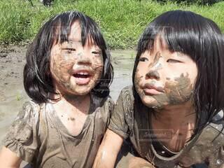 子ども,自然,風景,屋外,湖,泳ぐ,少女,草,遊ぶ,人物,人,笑顔,田んぼ,田植え,泥,泥遊び,人間の顔