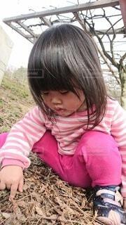 風景,アウトドア,公園,秋,屋外,ピンク,かわいい,枯れ葉,茶色,子供,女の子,落ち葉,遊び,休日,休み,アルバム,行楽