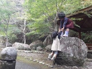 風景,建物,屋外,少女,樹木,岩,人物,人,幼児,少年,ハイキング,冒険,姉妹,草木,チャレンジ,協力,履物