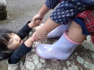 子ども,靴,屋外,サンダル,人物,人,地面,少年,若い,靴下,ハイヒール,つま先,足首,少し,フィート,ブート