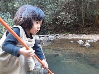 子ども,風景,魚,屋外,湖,川,水面,少女,樹木,人物,人,網,幼児,少年,冒険,若い,姉妹,川遊び,チャレンジ,協力,人間の顔