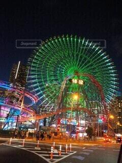 空,夜,観覧車,高層ビル,横浜,明るい,アトラクション,コスモワールド,みなとみらい21,アミューズメント パーク,観光の名所,公正