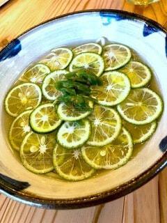 食べ物,夏,そば,季節,テーブル,皿,レモン,ライム,木目,蕎麦,冷たい,柑橘類,キーライム,冷やし蕎麦