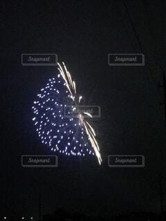 暗闇にまう宇宙船花火の写真・画像素材[4895122]