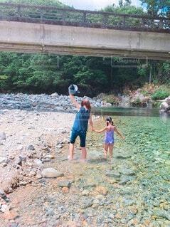 自然,風景,魚,屋外,ビーチ,綺麗,青,水,川,水面,美しい,人物,人,地面,少年,川遊び