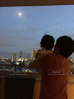 自然,風景,空,屋内,雲,親子,後ろ姿,月,人物,人,高層ビル,父と娘