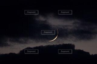 自然,風景,空,夜空,屋外,雲,暗い,月,曇り空,三日月,雲間,くもり,クレセント,細いつき