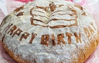 食べ物,風景,歩く,パン,大きい,赤ちゃん,餅,誕生日,おいしい,1歳,ハッピーバースデー,はいはい,一升餅,背負う,図面,食べやすい,一升パン,ころぶ