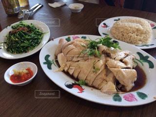テーブルの上に食べ物のプレートの写真・画像素材[812565]