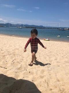 子ども,自然,海,空,屋外,砂,ビーチ,水面,海岸,人物,人,地面,幼児,少年,若い,投げる