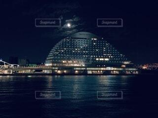 空,夜,屋外,湖,船,水面,都会,月,高層ビル,明るい
