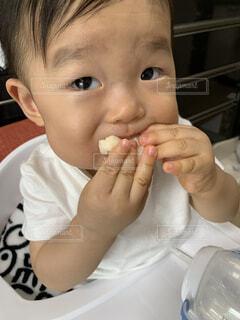 子ども,食事,屋内,パン,おやつ,赤ちゃん,おいしい,人間の顔