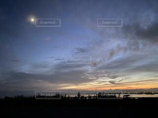 海,空,屋外,雲,夕暮れ,月