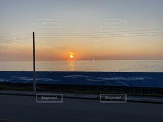海,空,屋外,太陽,ビーチ,雲,夕暮れ,堤防,水面