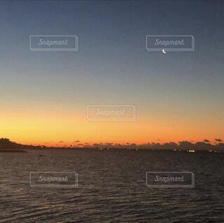 自然,風景,海,空,朝焼け,月,三日月,宇宙,日の出前,日の出前の海