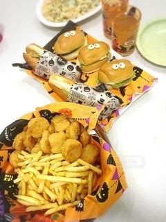 食べ物,食事,食卓,ディナー,屋内,ハンバーガー,白い,テーブル,揚げ物,ハロウィン,料理,パーティー,フライドポテト,ジャガイモ,Halloween,スナック,おばけ,ハロウィーン,ジャンクフード,マカロニサラダ,子供の食事,チキンナゲット