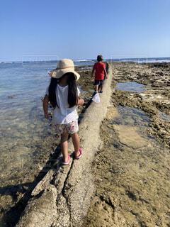 自然,風景,海,空,夏,屋外,砂,ビーチ,青い空,水面,海岸,女の子,少女,岩,人物,人,地面,ハイキング,男の子,お散歩,干潟,干潮,履物