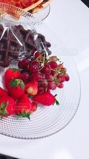 食べ物,食卓,屋内,赤,透明,紫,いちご,白い,テーブル,フルーツ,果物,ワッフル,皿,チョコレート,ベリー,ストロベリー,イチゴ,ぶどう,グレープ