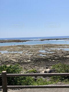 自然,風景,海,空,屋外,湖,ビーチ,青空,晴天,島,ベンチ,水面,海岸,岩,ブルー,柵,地面,地平線,沖縄県,干潮