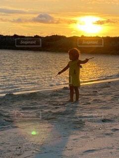 自然,海,空,秋,夕日,砂,雲,晴れ,海辺,散歩,夕方,子供,女の子,少女,日没,光,逆光,浜辺,戯れ,天然