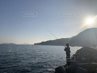 自然,空,屋外,水面,山,人物,人,釣り,漁師,釣り竿,磯釣り,キャスティング,ジギング,遊漁