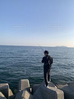 男性,自然,空,屋外,湖,ビーチ,水面,岩,人物,人,釣り,漁師,リール,釣り竿,磯釣り,キャスティング,ロックフィッシング,ジギング,ビッグゲームフィッシング,フライ釣り,遊漁