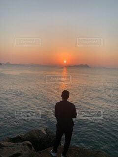 男性,自然,海,空,屋外,湖,太陽,ビーチ,水面,人物,人,立つ,日の出