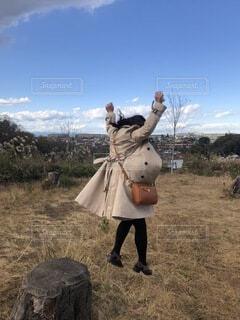 女性,空,公園,屋外,雲,ジャンプ,躍動感,景色,草,人物,人,切株,アクティブ