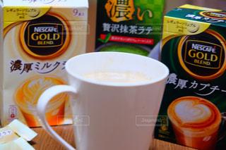 テーブルの上のコーヒー カップの写真・画像素材[1308183]
