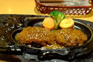 テーブルの上に食べ物のプレートの写真・画像素材[1678744]
