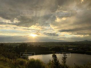 自然,風景,空,夕日,屋外,湖,太陽,雲,夕暮れ,水面,景色,樹木,雨上がり,くもり,眺め,日中
