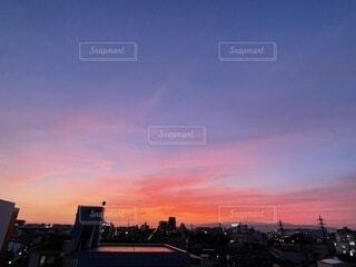 空,建物,夕日,屋外,太陽,雲,夕焼け,夕暮れ,都会,高層ビル,日の出,秋の空,夜の始まり