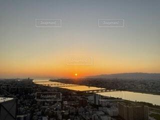 風景,空,夕日,絶景,屋外,太陽,雲,夕焼け,夕暮れ,川,水面,山,高層ビル,快晴,秋晴れ,秋の空