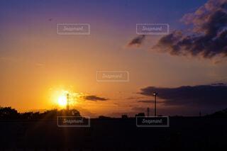 日没に照らされる雲の写真・画像素材[4904429]