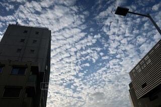 空,建物,屋外,雲,窓,高層ビル,うろこ雲,いわし雲