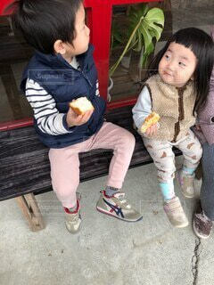 子ども,風景,屋外,ベンチ,パン,人物,人,座る,笑顔,赤ちゃん,食べる,幼児,履物,人間の顔