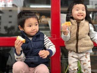子ども,風景,ベンチ,少女,パン,人物,人,座る,笑顔,赤ちゃん,食べる,幼児,少年,人間の顔