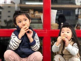 子ども,風景,屋外,ベンチ,少女,パン,人物,人,座る,赤ちゃん,食べる,幼児,少年,人間の顔