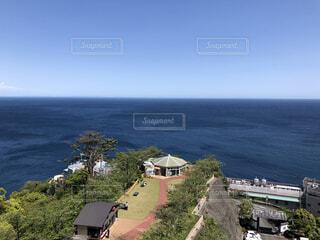 自然,風景,海,空,屋外,ビーチ,青空,青,水面,海岸,水平線,丘,家,樹木,快晴