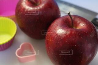 食べ物,食事,屋内,赤,フード,フルーツ,果物,トマト,スーパーフード,ザクロ,食材,飲食,リンゴ,ピーチ,マッキントッシュ,ネクタリン,ダイエット食品,自然食品,種なしの果実,核果