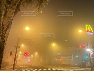 風景,空,夜,屋外,雲,霧,信号,横断歩道,信号機,交差点,明るい,マクドナルド,もや,街路灯,霧の街