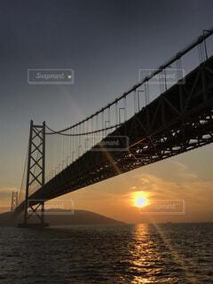 空,建物,橋,屋外,夕焼け,夕暮れ,水面,月,明石海峡大橋