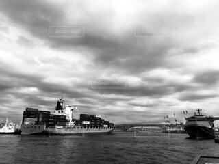 風景,空,屋外,雲,ボート,モノクロ,船,水面,港,水上バイク,黒と白