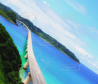 島に架かる橋と青い海の写真・画像素材[4920079]