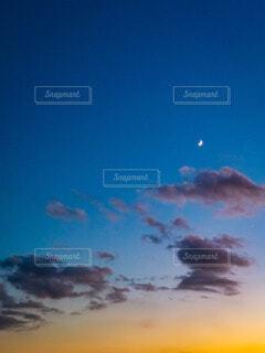 自然,風景,空,夜空,屋外,雲,青,夕焼け,夕暮れ,黄色,月,三日月,クレセント